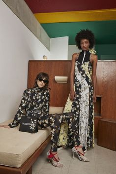Off-White Resort 2019 collection, runway looks, beauty, models, and reviews.