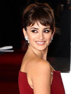 This Alcobendas native's sexy accent is enough to make any man or woman's heart race. Penelope Cruz, Black Girls Hairstyles, Hairstyles With Bangs, Mother Of The Groom Hairstyles, Female Movie Stars, Baby Bangs, Spanish Actress, Hair Due, Short Bangs