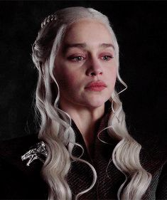 Daenerys Targaryen Book Game Of Thrones Daenerys Targaryen Aesthetic, Emilia Clarke Daenerys Targaryen, Game Of Throne Daenerys, Game Of Thrones Funny, Game Of Thrones Art, Deanerys Targaryen, Dany Targaryen, Daenerys Targaryen Makeup, The Mother Of Dragons
