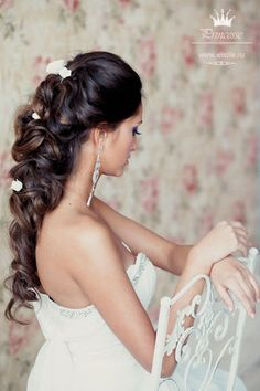 Wedding hair woven with flowers.. The hair color trick that some beauticians are great at, has light colors worked specifically in the up do. Certain pictures are clearer,but the color weaving here is appearing adding a certain texture. But beware,it doesn't mean that it's for everyone,chose carefully