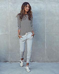 Longsleeves sind infach so gemütlich - und passen toll zu dieser hellblauen, sportlichen Hose. Dazu ein paar Sneaker und schon hast du deinen stylischen, sportlichen und vor allem gemütlichen Look! Sportliche Outfits / Cozy Wear / Cozy Fashion / Sneaker Fashion / Gemütliche Mode | Stylefeed