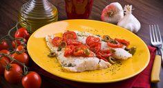 La ricetta del merluzzo al pomodoro è facile da preparare, con pochi ingredienti sani e genuini e un contenuto calorico ridotto.