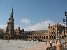 la Plaza de España en Sevilla es uno de los sitios de obligada visita para sevillanos y foráneos