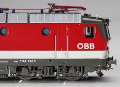 Elektrolokomotive Rh 1044 der ÖBB, Epoche IV. Achsfolge Bo'Bo'. Im Betriebszustand der 1980er Jahre. Freizügiger Einsatz vor Personen- und Güterzügen, auch grenzüberschreitend nach Deutschland.