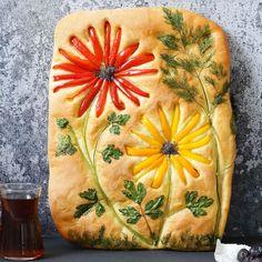 Lahana Turşusu Tarifi - Malzemeler : 1 kg beyaz lahana, 3 adet havuç, 1 su bardağı sirke, 1 su bardağı su, 3 yemek kaşığı salamura tuz, 2 avuç nohut, 4-8 diş sarımsak. Focaccia Recipe, Bread Art, Scale Art, Food Decoration, Bread Recipes, Scd Recipes, Turkish Recipes, Flower Shape, Bread Baking