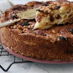 Sicilian apple cake is easy to make. Loads of fresh sweet apples, raisins and pinenuts held together with a thin batter, topped off with sugar and cinnamon. Apple Cake Recipes, Tart Recipes, Sweet Recipes, Apple Cakes, Cheesecakes, Lemon Curd Cake, French Apple Cake, Easy Cakes To Make, Orange And Almond Cake
