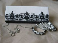 Carteira social e pulseiras forradas com fitas cetim e apliques de rendas e flores
