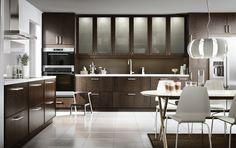 La iluminación bajo el mueble de la cocina es realmente práctica para cocinar sobre la encimera sin problemas. Soluciones prácticas para tu cocina #IKEA