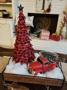 Primitive Country Christmas, Country Christmas Trees, Christmas Red Truck, Cone Christmas Trees, Christmas Door Wreaths, Farmhouse Christmas Decor, Christmas Table Decorations, Rustic Christmas, Christmas Home