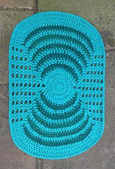 Um azul vivo e marcante para se destacar na decoração Crochet Carpet, Crochet Home, Irish Crochet, Knit Crochet, Crochet Table Runner, Crochet Tablecloth, Crochet Doilies, Crochet Rug Patterns, Doily Patterns