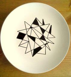 Plaque en porcelaine blanche avec main peint motif diagonale graphique ! Plaque a été peint sur - glaçure et cuit au four. Il est sécuritaire
