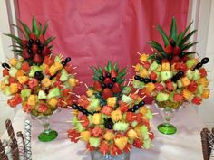 Discover thousands of images about YummyTecture's fruit kebab tree Fruit Tables, Fruit Buffet, Party Trays, Snacks Für Party, Fruit Skewers, Kabobs, Fruit Plate, Fruit Art, Fruit Trays