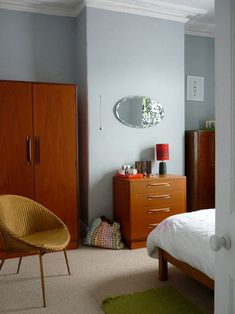The bedroom is painted in skylon grey, which is calm, as surprisingly warm.