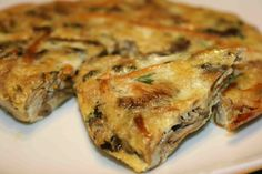 escurrir los champiñones y batirlos con los huevos ajo perejil y sal y cuajar la tortilla
