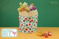 Así sea para regalar o para ti, esta práctica bolsa para juguetes es una idea estupenda. En ella podrás colocar esas pequeñas cosas que ocupan lugar y hacen lucir la casa desprolija. Para que puedas