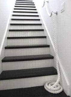 nautical beadboard | Les escaliers en bois nécessitent juste quelques rayures en bleu
