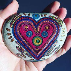 Een hand vol liefde ❤️ voor jullie allemaal!! #spreadlove #paintedrocks #paintedstones #paintedpebbles #stones #artoflove #colorfulstones #stonesofinstagram #zelfgemaakt