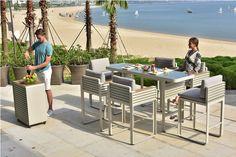A Higold kerti bútorai az újhullám képviselői - a forma a funkció szolgálatában. Kollekciójuk a luxus szerelmesei számára kínál egészen egyedi alternatívát. A dizájn egyértelműen a modern eleganciát tükrözi. Outdoor Bar Sets, Outdoor Decor, Outdoor Living, Outdoor Furniture Sets, Exterior, Garden, Modern, Life, Home Decor