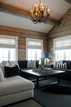 Koselig hytte i Røldal Air Purifier Reviews, Black Couches, Cabin Interiors, Wood Ceilings, Black Walls, Log Homes, Mudroom, Wood Wall, Swiss Chalet
