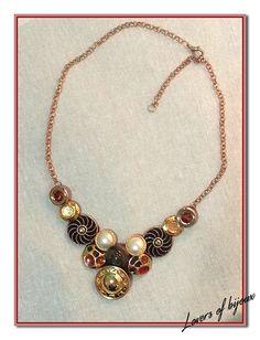 Necklace, girocollo realizzato completamente amano, costituito da bottoni vintage assemblati tra loro, catena dorata.