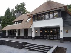 Wilt u een exclusieve rietgede. Style At Home, Villas, Thatched House, Village House Design, Mansions Homes, Dream House Exterior, House Goals, Classic House, My New Room