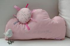 coussin nuage rose en tissu France Duval-Stalla et soleil à rubans