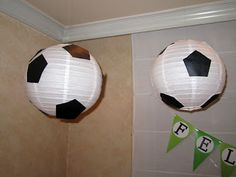 Farolillos de papel adornados como balones de fútbol Soccer Theme Parties, Soccer Party, Sports Party, Barcelona Party, Soccer Birthday, Black Construction Paper, Football Themes, Festa Party, Craft Party