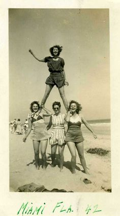 Fun with friends on Miami Beach, 1942 found photo beach bathing suits swimsuits , FL USA Vintage Pictures, Old Pictures, Vintage Images, Old Photos, Vintage Beach Photos, Vintage Posters, Happy Together, Vintage Love, Vintage Beauty