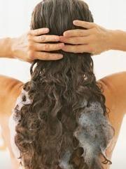 Pretpostavljamo da kao i većina pripadnica lepšeg pola imate ustaljenu rutinu u pranju kose. Prvo je nakvasite, zatim nanesete šampon - jednom ili dva puta, pa balzam i na kraju isperete. Ali, da li ste čule za OBRNUTO pranje kose? Ovaj metod podrazumeva PRVO nanošenje balzama, pa tek onda šampona! Pitate se zašto biste to radile? Razlog je zapravo jako očigledan i ključan za sve vas koje imate tanju kosu.