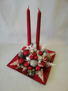 100 Creative Christmas Decor for Small Apartment Ideas Which Are Merry & Bright - Hike n Dip - - Even if you have a small Apartment, you can decorate it for Christmas. Here are Christmas Decor for Small Apartment ideas, that are cheap & budget friendly. Christmas Flower Decorations, Christmas Flower Arrangements, Christmas Table Centerpieces, Christmas Candles, Floral Arrangements, Simple Christmas, Christmas Diy, Christmas Wreaths, Christmas Ornaments