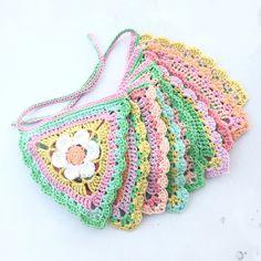 Crochet Flowers Ideas Studio 92 Designs: The Petal Patch vlaggenlijn Crochet Bunting Pattern, Crochet Flower Squares, Crochet Puff Flower, Crochet Garland, Crochet Triangle, Crochet Diy, Modern Crochet, Crochet Flower Patterns, Love Crochet