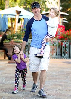 Jerry O'Connell with his twin daughters