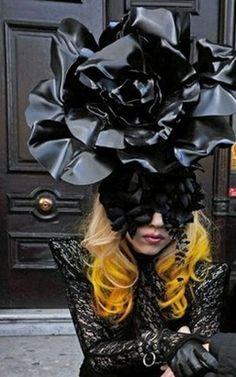 Millinery by Philip Treacy for Lady Gaga Tudor Rose? Crazy Celebrities, Philip Treacy Hats, Lady Gaga Fashion, Crazy Hats, Races Fashion, Chef D Oeuvre, Love Hat, Madame, Headgear