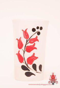 Pálinkás likőrös pohár 0,5 cl , homok fúvatott üvegre, kézzel festve. Egyedi termék. (1200.- HUF)