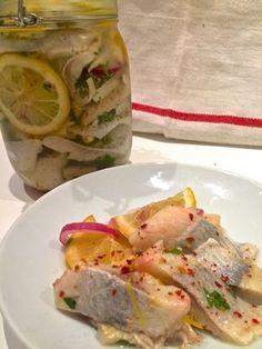 Pyszne śledzie w cytrynie, delikatne i sprężyste, o ciekawym smaku o aromacie. Doskonałe na wigilijny stół lub przekąskę na każdą imprezę.