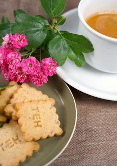 Die Gute Laune Kekse passen ideal zu Kaffee und Tee. Cookies, Desserts, Food, Biscuits, Kaffee, Good Mood, Food Food, Crack Crackers, Tailgate Desserts