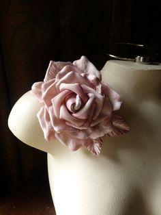 Diseño MF 502-5289 del traje de terciopelo rosa y flor de seda para la novia, fajas, corses, pernos,