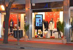 """installazione di un totem 46"""" in una vetrina di un negozio di abbigliamento"""