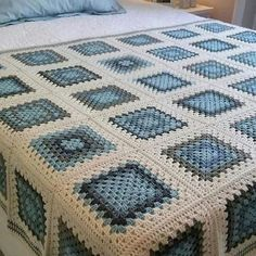 Crochet blanket patterns free 429249408236775991 - giant granny square free crochet pattern Source by kristinbjerkes Crochet Bedspread Pattern, Granny Square Crochet Pattern, Afghan Crochet Patterns, Crochet Squares, Knitting Patterns, Granny Squares, Crochet Stitches, Granny Square Afghan, Amigurumi Patterns