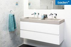 Strak en robuust! Kies voor dit stoer badkamer meubel met ruime opberglades en een wastafel van beton.