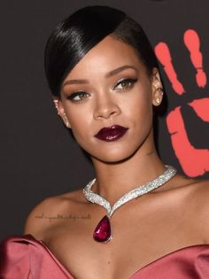 Com textura matte ou efeito gloss, os batons escuros ganham força na temporada mais fria do ano.| Foto: Rihanna | Créditos: Getty images