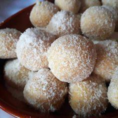 Kókuszgolyók - kakaó nélkül! Recept képpel - Mindmegette.hu - Receptek Krispie Treats, Rice Krispies, Doughnut, Food, Kitchen, Cooking, Essen, Kitchens, Meals