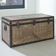 Truhe-Goa-von-Wolf-Moebel-mit-Metallapplikationen-Handarbeit-Vintage-Used-Look