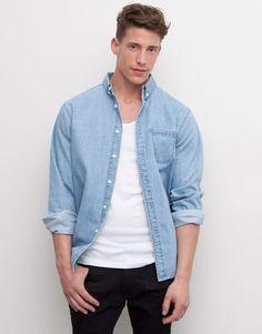 Un basique : jeans noir, t-shit blanc, chemise en jean clair
