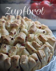 Leckerschmecker Rezept: Zupfbrot mit Kräuterbutter, Tomatenfüllung oder Schinken und noch mehr Ideen! Toller Partysnack fürs Buffet.