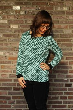 Pullover / Longsleeve für Frauen im Retrostil #schnittmuster #shirt #damen #longsleeve #bio #fairfashion #mode #fashion #nähen Raglan Shirts, Longsleeve, Turtle Neck, Pullover, Blouse, Sleeves, Sweaters, Tops, Style