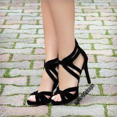 Siyah Yüksek Topuklu Ayakkabı, platformsuz tasarımı ile ayakta çok şık duruyor. Bir çok renk ile uyabilecek Siyah Topuklu Ayakkabıları rahatlıkla giyebilirsiniz.