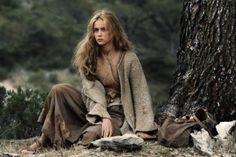 Sie saß auf dem Boden und starrte sie an während sie vorbei ritten. Dem König fiel auf, dass sie schöne Augen hatte...