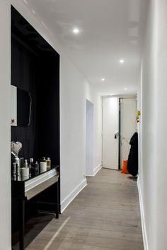 """Rénovation d'un Appartement de 130 m2 par ADDICT CONCEPT, au coeur d'Aix-en-Provence. Un grand espace convivial, une atmosphère chaleureuse et apaisante, jouant d'une lumière naturelle de blanc et de couleurs vives. Les carreaux ciments, le béton, le verre sur fond de"""" tomettes"""", nous ont permis de mixer les matériaux et les ambiances.  Sans oublier les idées, les envies de la maîtresse des lieux qui font de cet appartement un Lieu Unique… Photographe Denis DALMASSO"""