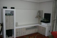 tv-kast in gebruikt steigerhout met een combinatie van gelakte mdf